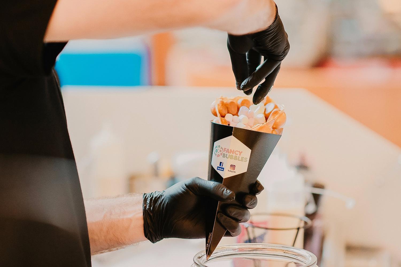 Bubble Waffles cu înghețată cremoasă, în food court-ul din Iulius Mall Suceava