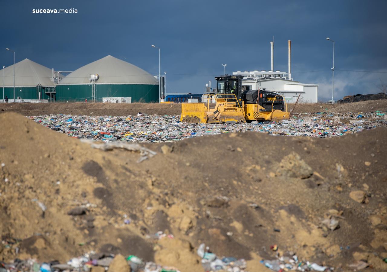 Deșeuri împrăștiate de vânt în împrejurimile Centrului de Management Integrat al Deșeurilor din Moara (fotoreportaj))