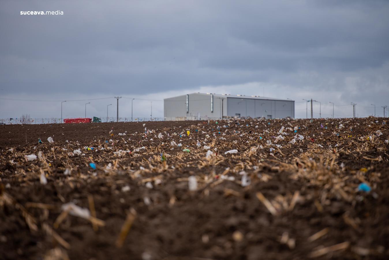 Deșeuri împrăștiate de vânt în împrejurimile Centrului de Management Integrat al Deșeurilor din Moara (fotoreportaj)