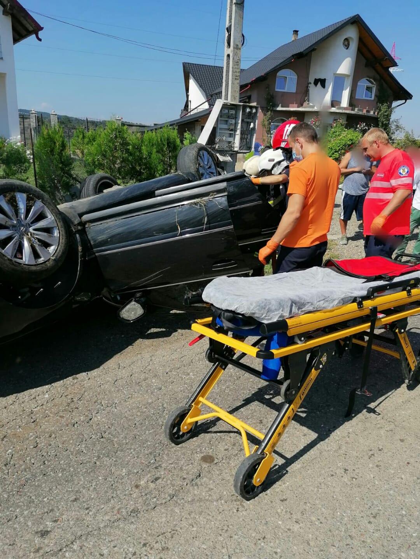 O mașină s-a răstrunat în această după-amiază la ieșirea din Municipiul Rădăuți