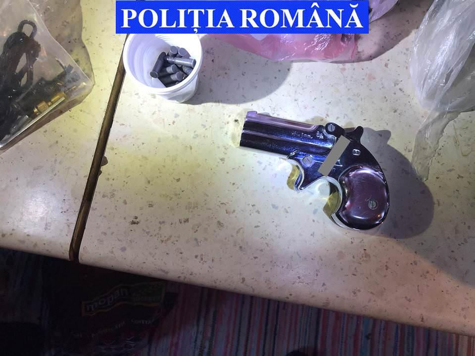 Arme, capcane, trofee și peste trei sute de elemente de muniție confiscate de polițiști